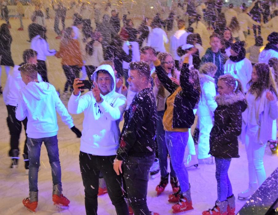 Fergeteges hangulatú White Party a Városi Jégpályán